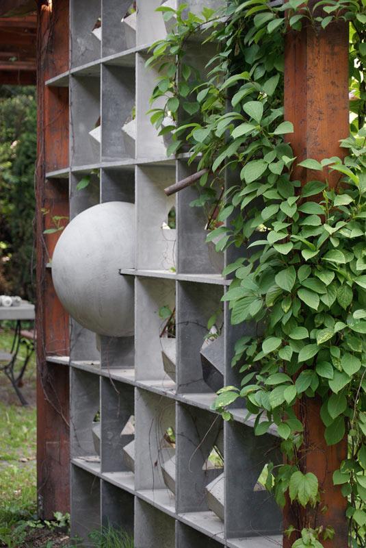 Trejaż ogrodowy z betonu