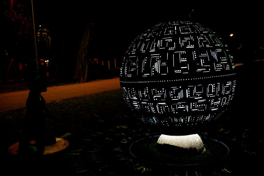 kula betonowa podswietlana w parku