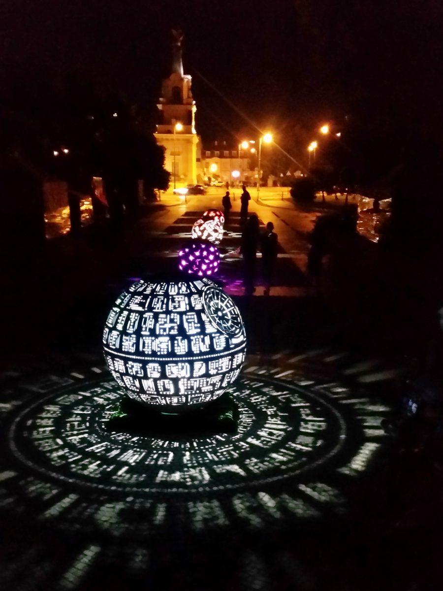 betonowe kule świetlne miasto ogród