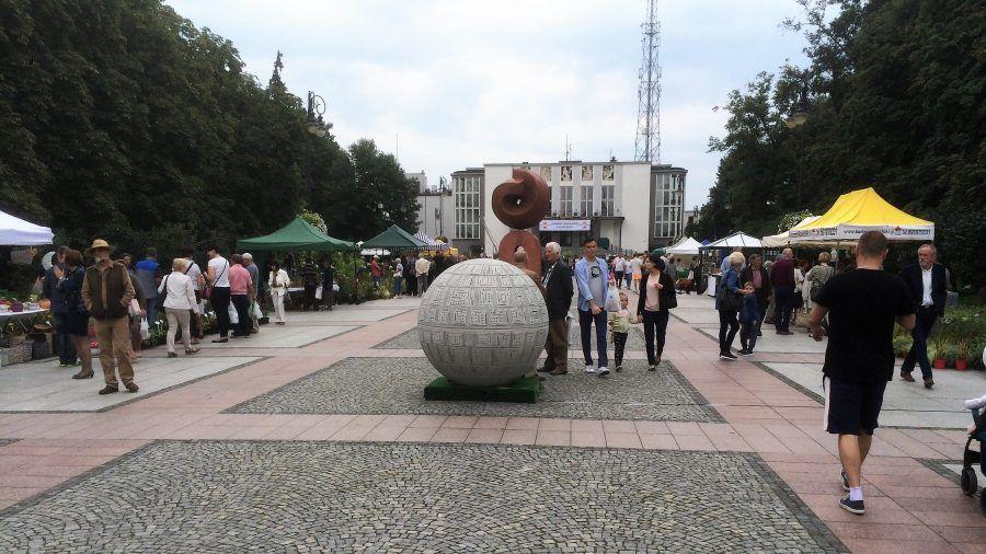 betonowe kule świetlne miasto park i ogród