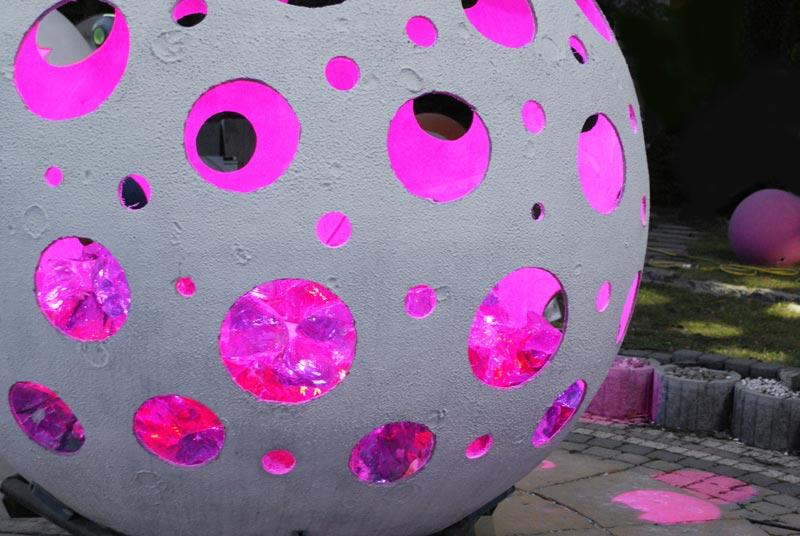 Szkło wewnątrz kuli betonowej