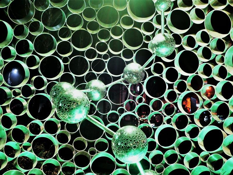 Wnętrze ażurowej kuli ze stali