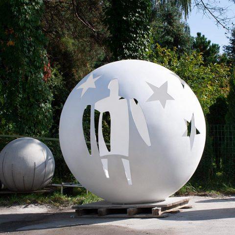 Bardzo duża kula betonowa o średnicy 2 m