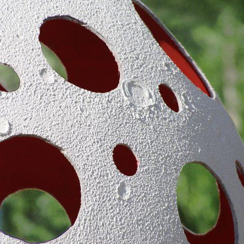 Ażurowa kula betonowa o bardzo cienkiej ściance